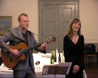 Martin Spang Olsen og Anna Britt H. Mathiassen synger under festlighederne