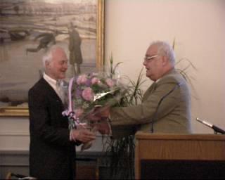 Ib Spang Olsen modtager Modersmål-Prisen og blomster