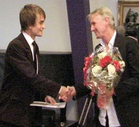 Kenn Hansen giver Modersmål-Prisen 2003 til Steffen Brandt