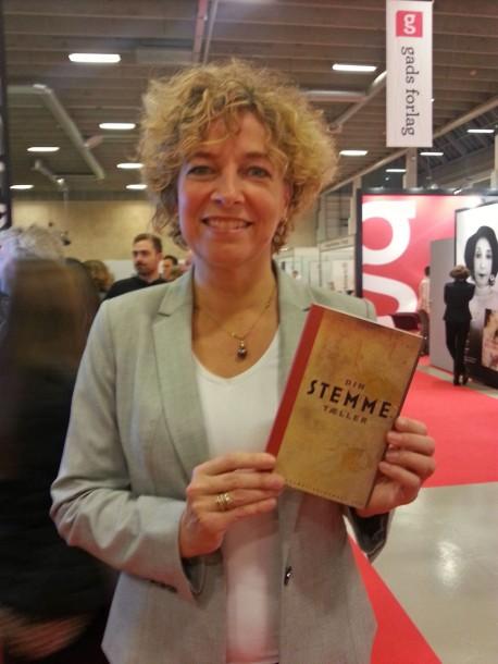 Christine Antorini, MF, med årbogen Din stemme tæller, hvori hun har skrevet bidraget »Du hører politikeren, du ser og tror på«