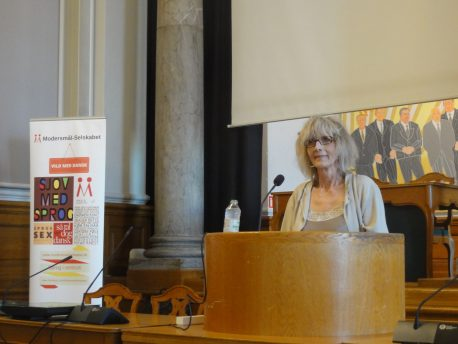 Julie Fabricius taler på konferencen Sprogets magt på Christiansborg