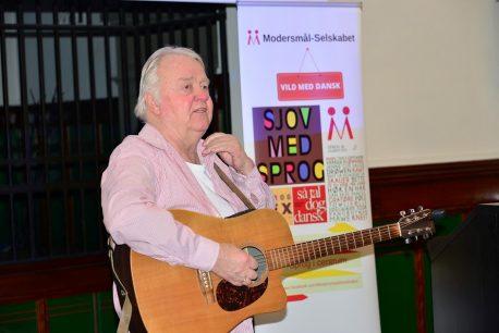 Peter Abrahamsen synger og fortæller under Årbogspræsentation 2016