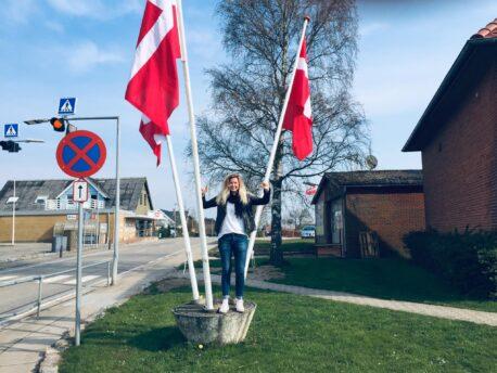 Rikke Mølbæk Thomsen, modtager af Modersmål-Prisen 2019, fotograferet på flagalléen i Blans i forbindelse med releasekoncerten for Omve'n hjemve